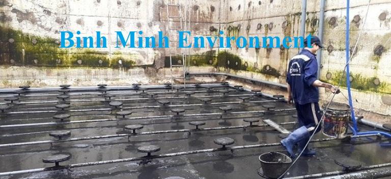 Hình 3. Nhân viên vệ sinh bể xử lý nước thải