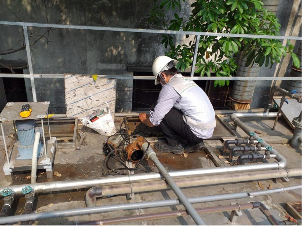 Hình 2. Nhân viên bảo trì hệ thống xử lý nước thải